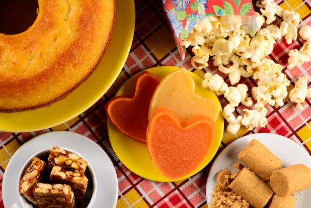 Süßigkeit der juni-party auf schachtischdecke Premium Fotos