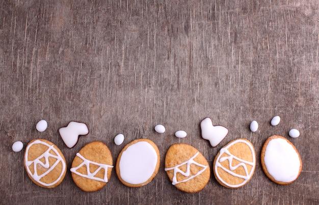 Süßigkeiten für ostern. kekse in form von ostereiern. Premium Fotos
