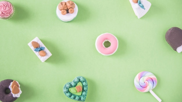 Süßigkeiten in einem bunten muster Kostenlose Fotos