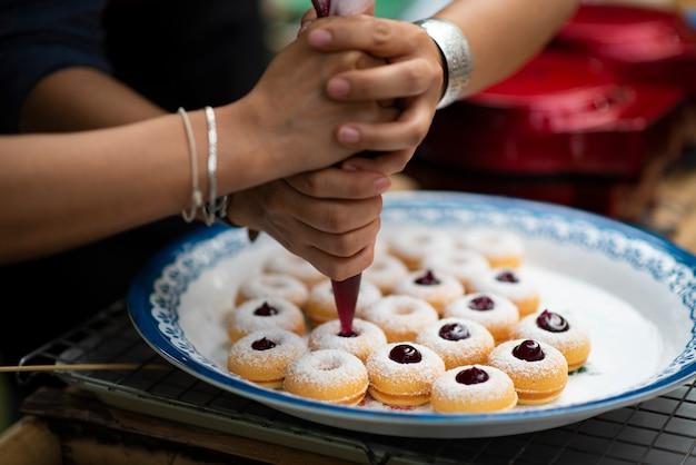 Süßigkeiten, lebensmittel aus mehl, milch, obst und eiern, süße Premium Fotos