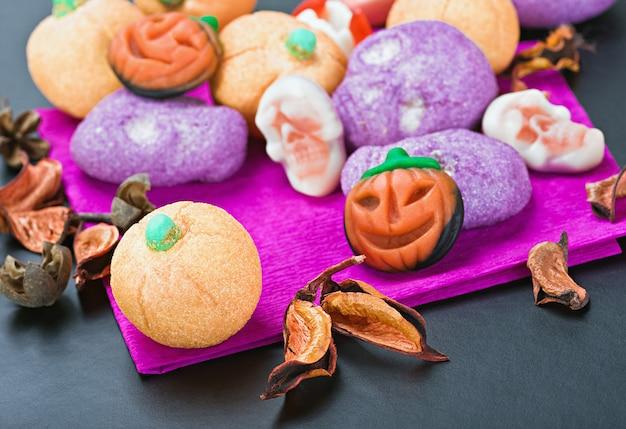 Süßigkeiten und bonbons, um halloween zu feiern Premium Fotos