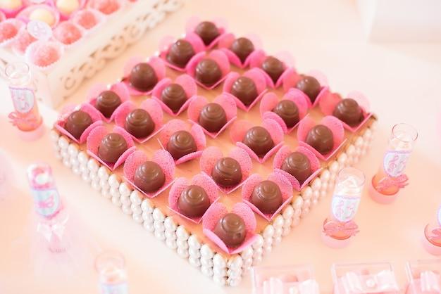 Süßigkeiten und dekoration auf dem tisch - ballerina-thema - kindergeburtstag Premium Fotos