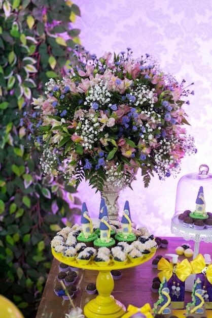 Süßigkeiten und dekoration auf dem tisch - geburtstagsthema der kinder Premium Fotos