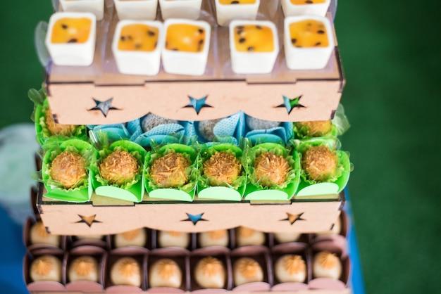 Süßigkeiten und tischdekoration - hundethema - kindergeburtstag Premium Fotos