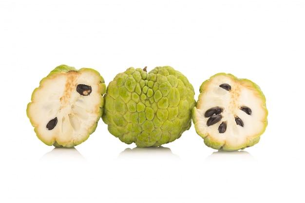 Sugar apple (vanillepuddingapfel, annona, sweetsop) auf weißem hintergrund Premium Fotos