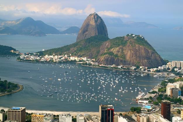 Sugarloaf mountain, markstein von rio de janeiro-ansicht von corcovado-hügel, brasilien Premium Fotos