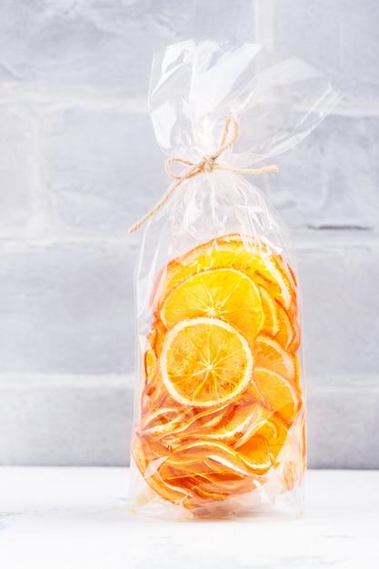 Sunny orange slices in einer cellophantüte Premium Fotos