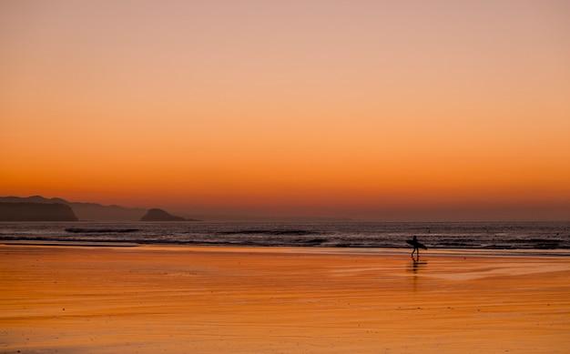 Sunset beach surfer Premium Fotos