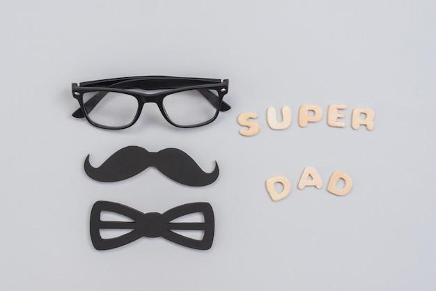 Super papa inschrift mit brille und papierschnurrbart Kostenlose Fotos