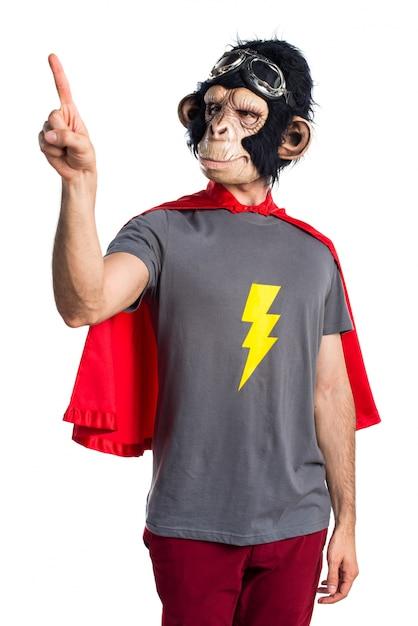 Superheld affe mann berührt auf transparenten bildschirm Kostenlose Fotos