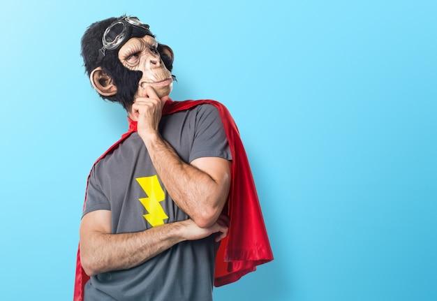 Superheld affe mann denken auf bunten hintergrund Premium Fotos