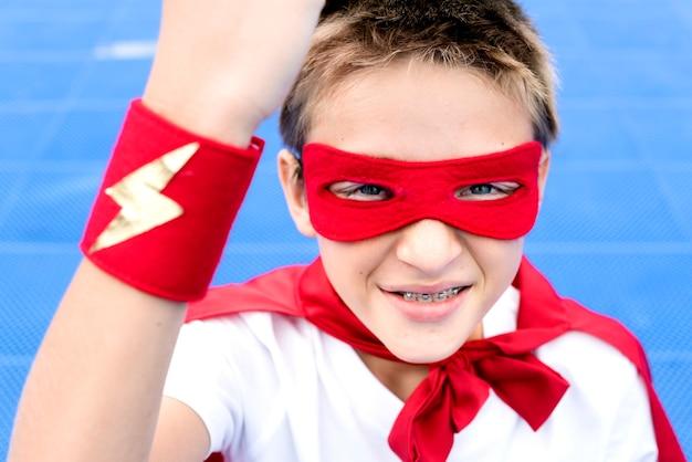 Superheld-junge-fantasie-freiheits-glück-konzept Kostenlose Fotos