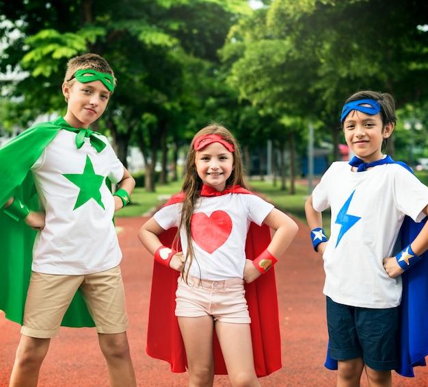 Superheld-jungen-mädchen-tapferes fantasie-konzept Premium Fotos