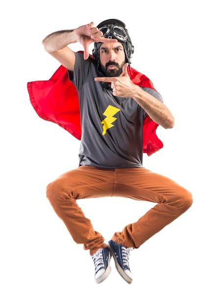 Superheld mit ihren fingern fokussiert Kostenlose Fotos
