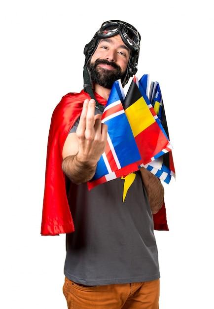Superheld mit vielen flaggen kommende geste Kostenlose Fotos