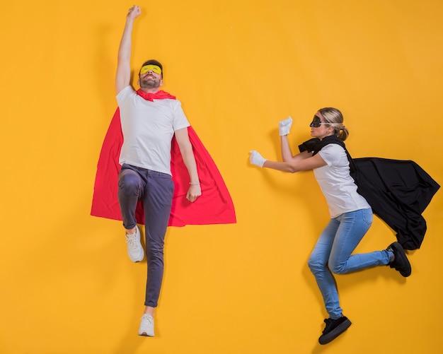 Superhelden fliegen durch den himmel Kostenlose Fotos