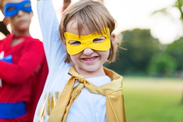 Superhelden-nette kinder, die bestimmtheits-konzept ausdrücken Premium Fotos