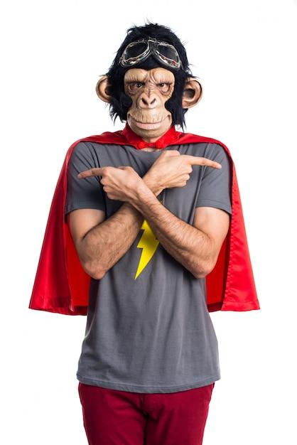 Superhero affen mann zeigt auf die seiten mit zweifeln Kostenlose Fotos