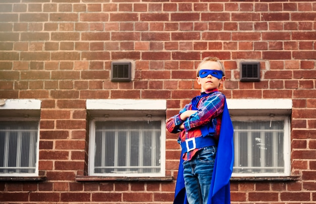 Superhero little boy phantasie freiheit glück konzept Premium Fotos