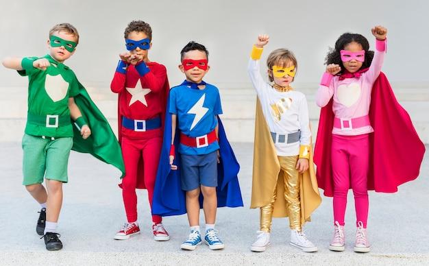 Superheroes-nette kinder, die bestimmtheits-konzept ausdrücken Premium Fotos