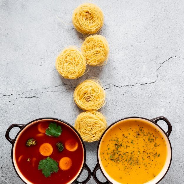 Suppen und nudelrollen draufsicht Kostenlose Fotos