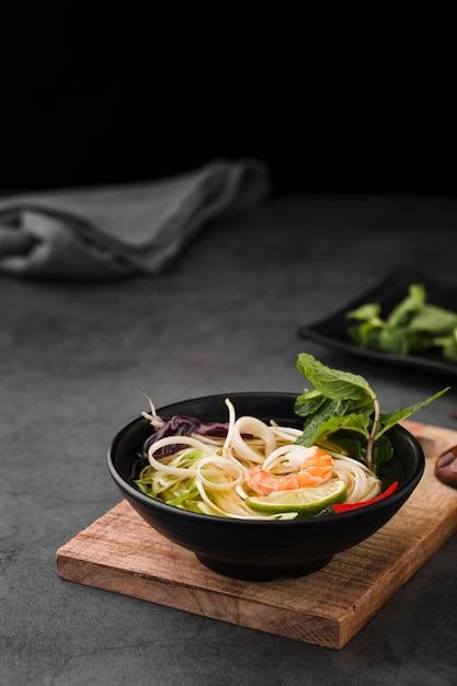 Suppenschüssel mit nudeln und minze Kostenlose Fotos