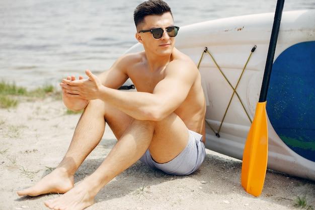 Surfer an einem sommerstrand Kostenlose Fotos