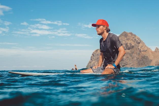 Surfer im ozean Kostenlose Fotos