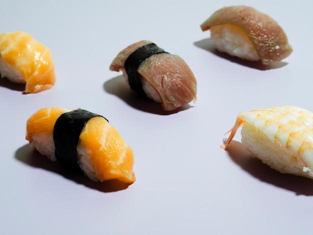 Sushi auf einem blauen hintergrund Kostenlose Fotos