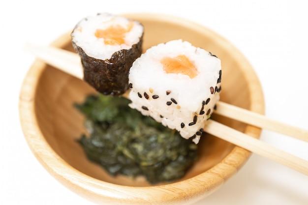 Sushi, ein typisch japanisches essen, zubereitet aus reis und verschiedenen rohen fischen. Premium Fotos