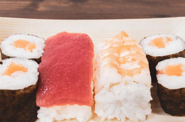 Sushi, ein typisch japanisches essen Premium Fotos