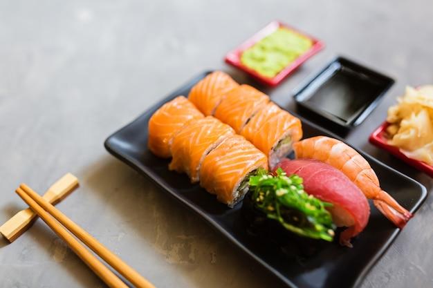 Sushi eingestellt auf grauen beton Premium Fotos