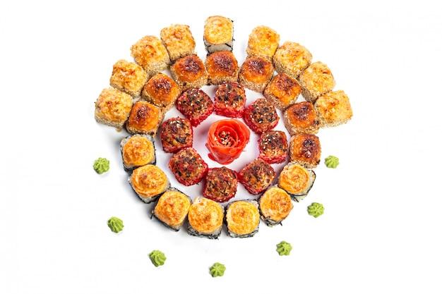 Sushi eingestellt auf weiß Premium Fotos