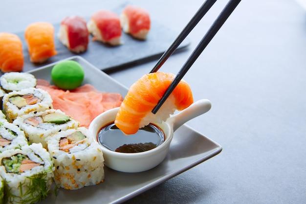 Sushi maki und niguiri sojasauce und wasabi Premium Fotos