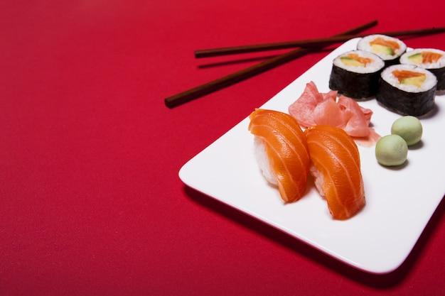 Sushi mit wasabi und ingwer Kostenlose Fotos