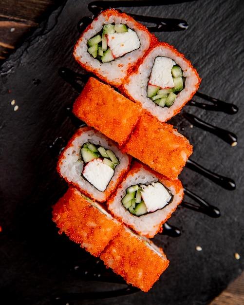 Sushi-rollen mit gurke und tobiko-kaviar Kostenlose Fotos