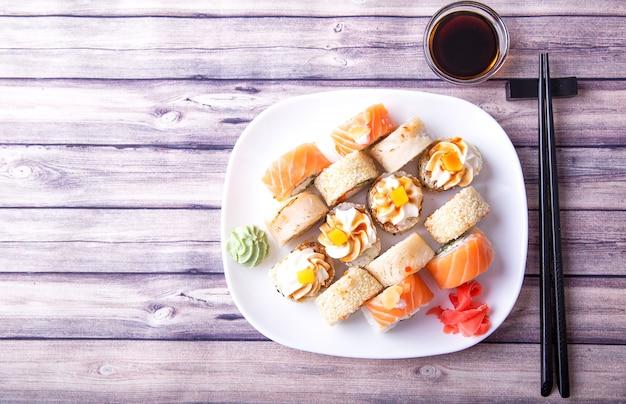 Sushi-rollen mit soja und stäbchen Premium Fotos