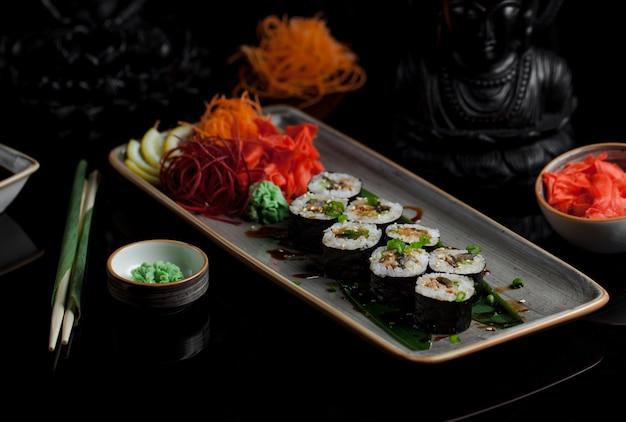 Sushi-rollen mit verschiedenen zutaten Kostenlose Fotos