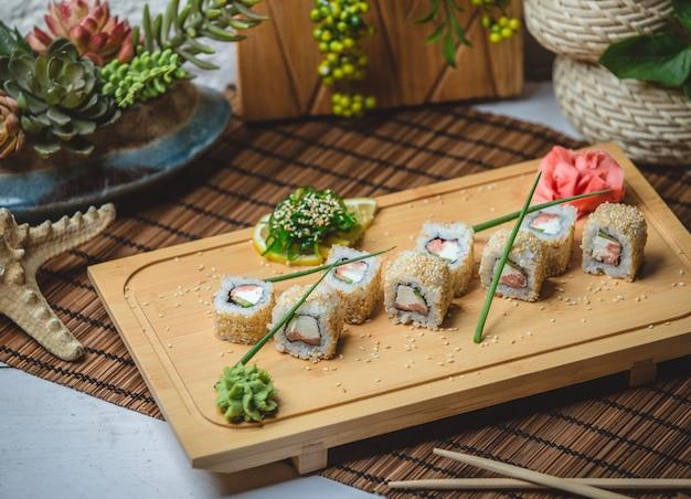 Sushi set mit ingwer und wasaby Kostenlose Fotos