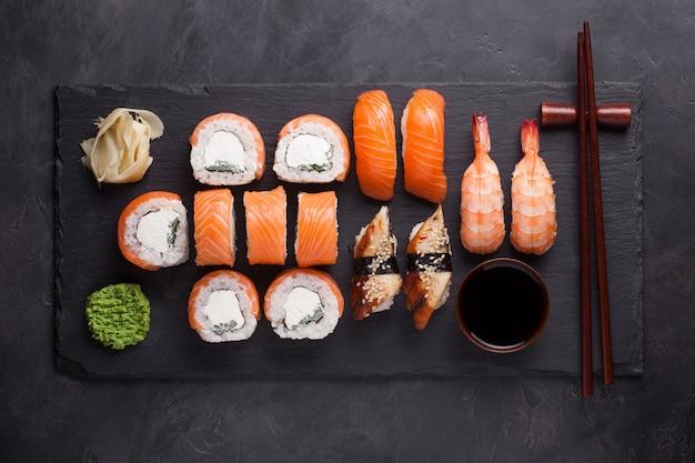 Sushi set sashimi mit lachs, garnelen, aal. Premium Fotos