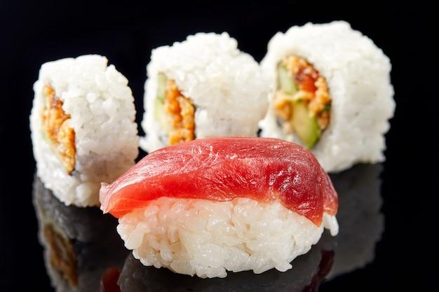 Sushi und nigiri mit lachs Premium Fotos