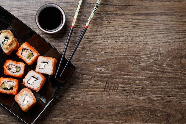 Sushirolle mit essstäbchen Premium Fotos