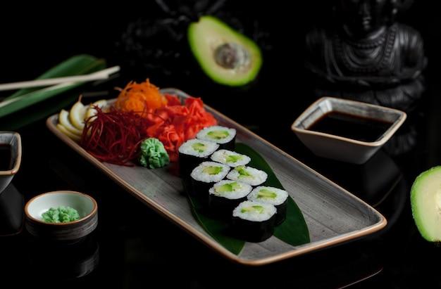 Sushirollen mit avocado und ingwer Kostenlose Fotos