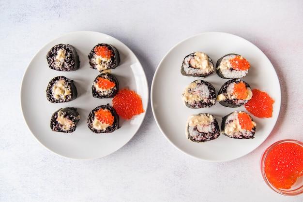 Sushirollenzusammenstellung mit kaviar Kostenlose Fotos
