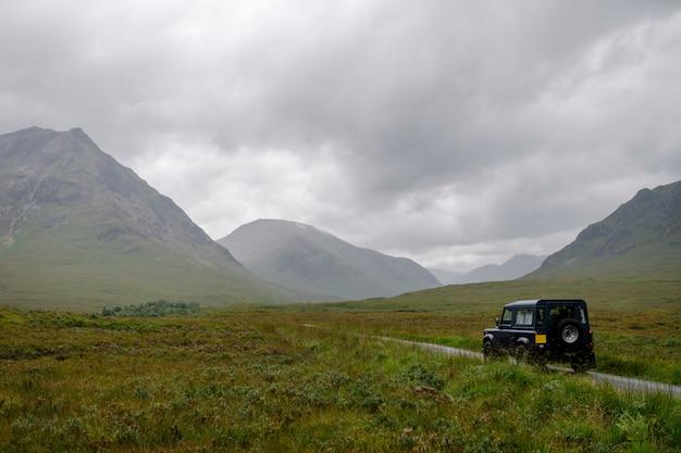 Suv auf einer straße durch die schottischen highlands Premium Fotos