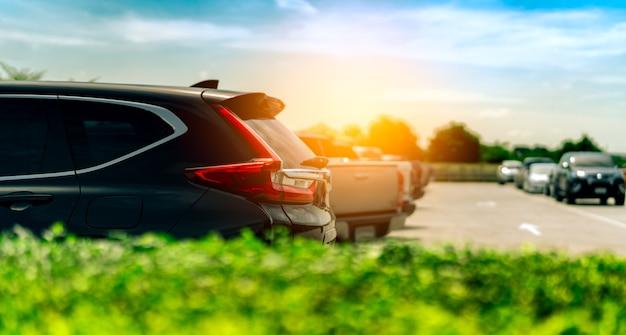 Suv-auto parkte auf konkretem parkplatz in der fabrik nahe dem meer mit blauem himmel und wolken. Premium Fotos