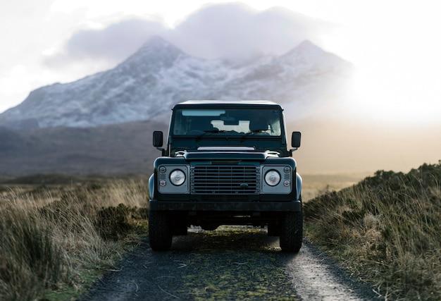 Suv in den highlands Premium Fotos