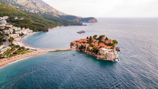 Sveti stefan, ansicht aus der luft das inselhotel, montenegro Premium Fotos