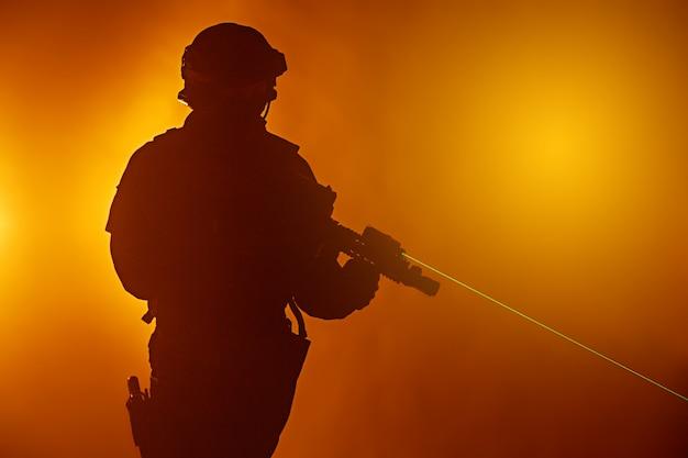 Swat polizeioperator mit scharfschützengewehr Premium Fotos