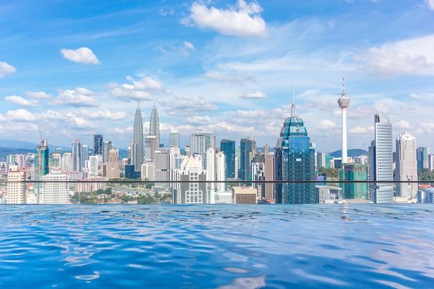 Swimmingpool auf die dachoberseite mit schöner stadtansicht kuala lumpur, malaysia Premium Fotos
